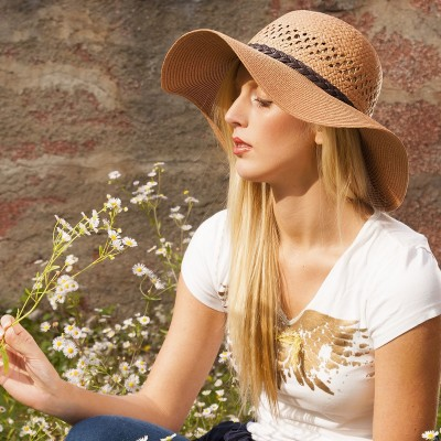 Dámský papírový klobouk zdobený páskem