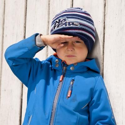Dětská pletená čepice s kšiltem