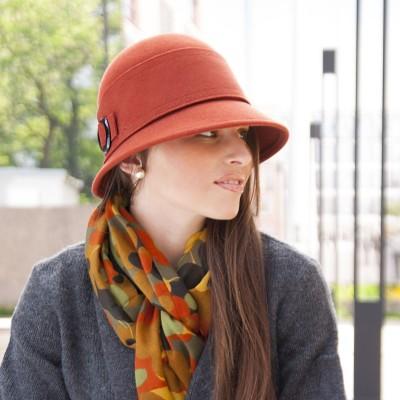 Dámský vlněný klobouk zdobený páskem
