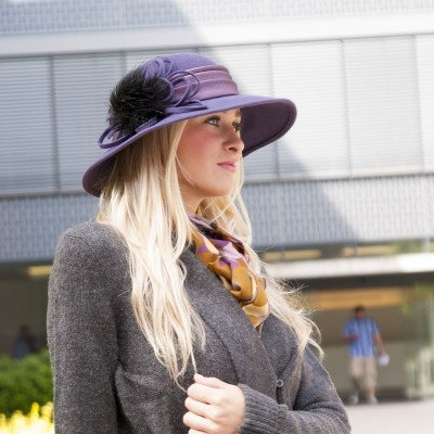 Plstěný klobouk zdobený saténem a kožešinou