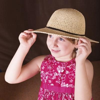 Dívčí papírový klobouk zdobený koženým páskem