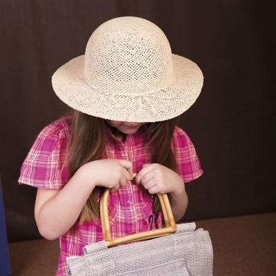 Dětský papírový klobouk zdobený provázkem
