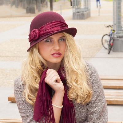Vlněný klobouk zdobený krajkou