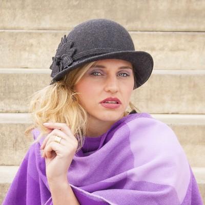 Vlněný klobouk zdobený