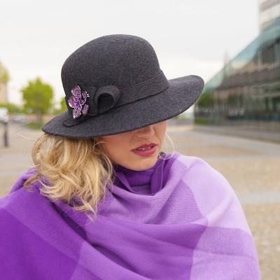 Dámský vlněný klobouk  zdobený broží