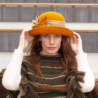 Plstěný klobouk se zvednutou krempou