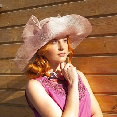 Modelový klobouk sinamay s broží