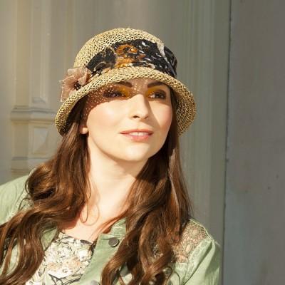 Dámský klobouk z mořské trávy zdobený pestrobarevnou krajkou