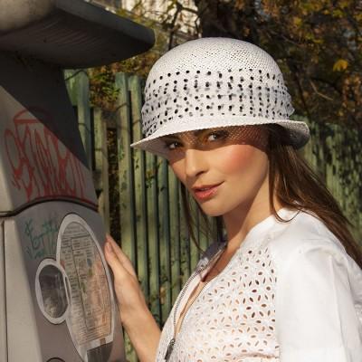 Dámský papírový klobouk zdobený tylem