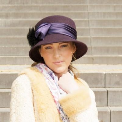 Vlněný klobouk zdobený kožešinou