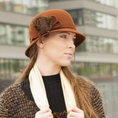 Plstěný klobouk zdobený králíčí kožešinou
