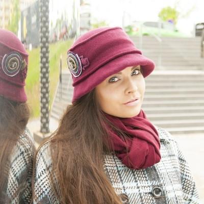Vlněný klobouk s barevnou aplikací