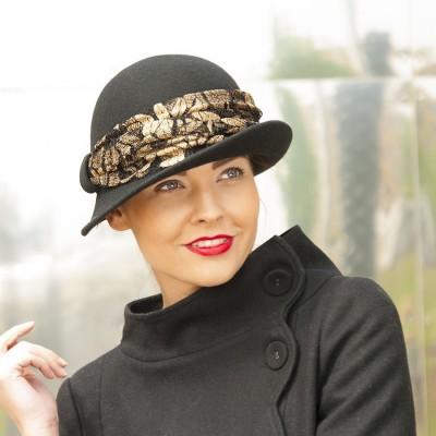 Dámský vlněný klobouk zdobený krajkou
