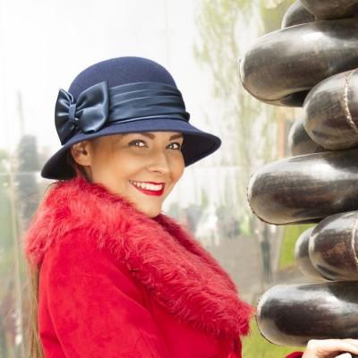 Plstěný klobouk zdobený saténovou mašlí