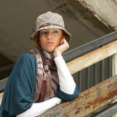 šitý klobouk zdobený páskem