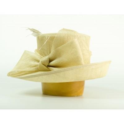Modelový klobouk sinamay s velkou krempou zdobený velkou mašlí