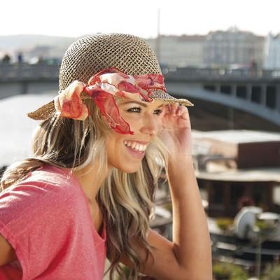 Dámský klobouk z mořské trávy zdobený mašlí