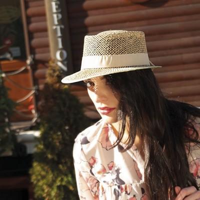 Dámský kšiltový klobouk z mořské trávy zdobený rypsovou stuhou
