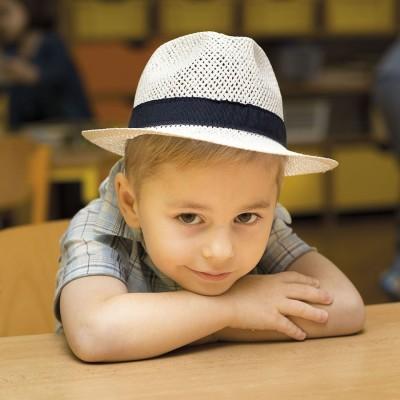 Chlapecký papírový klobouk zdobený tm. modrou stuhou
