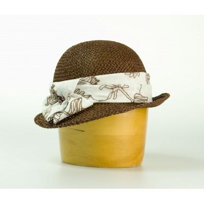 Dámský papírový klobouk zdobený