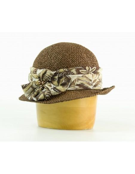Dámský papírový klobouk zdobený šifonem