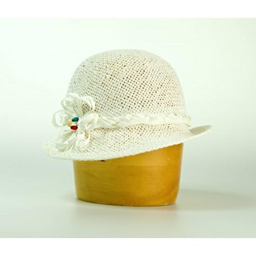 Dámský papírový klobouk zdobený provázkem