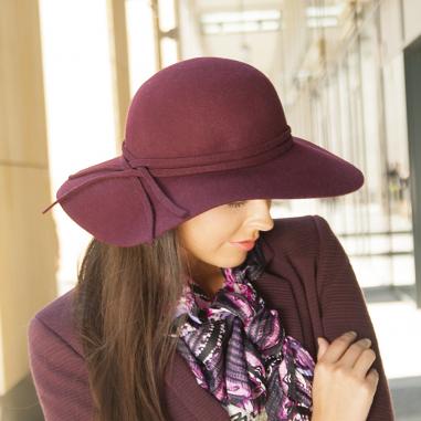 Dámský vlněný klobouk, široká krempa zdobený pásky z vlny