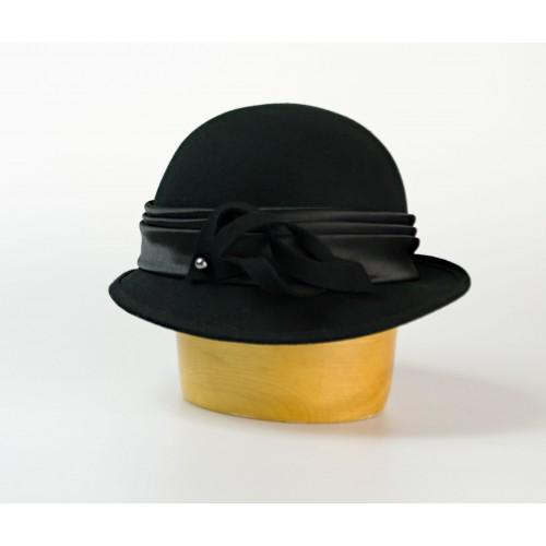 Dámský vlněný klobouk zdobený saténem a vlnou
