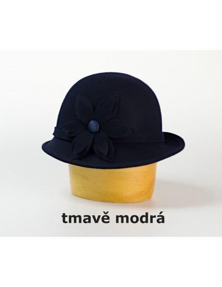 Vlněný klobouk zdobený vysekávaným květem