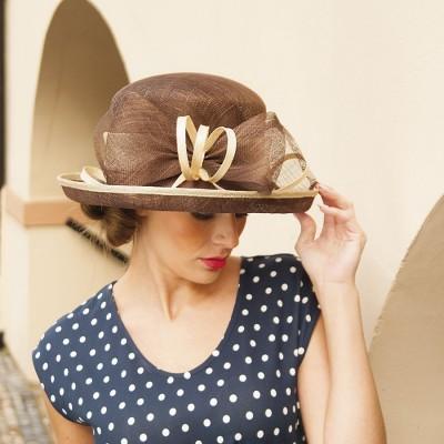 Modelový klobouk sinamay s krempou nahoru a zdobený mašlí