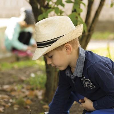 Dětský slaměná klobouk zdobený stuhou