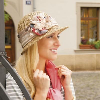 Modelový klobouk z mořské trávy zdobený šifonem a květy