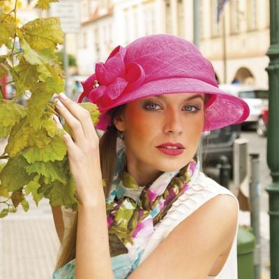 Modelový sinamay klobouk zdobený květem