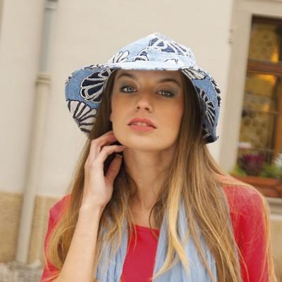 Dámský klobouk s kulatou hlavou a potiskem
