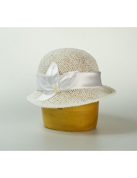 Dámský papírový klobouk zdobený saténem a korálky