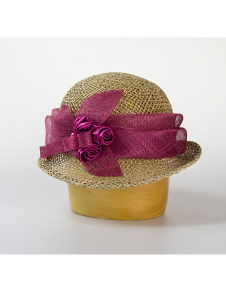 Modelový klobouk z mořské trávy zdobený sinamay