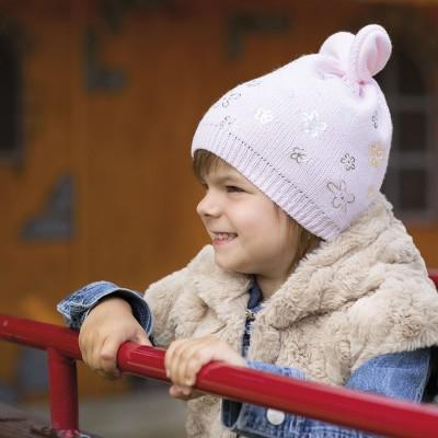 Dívčí pletená čepice s oušky a stříbrným potiskem