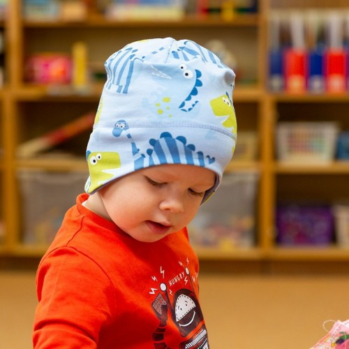 Dětská čepice vykrojená na uši s potiskem