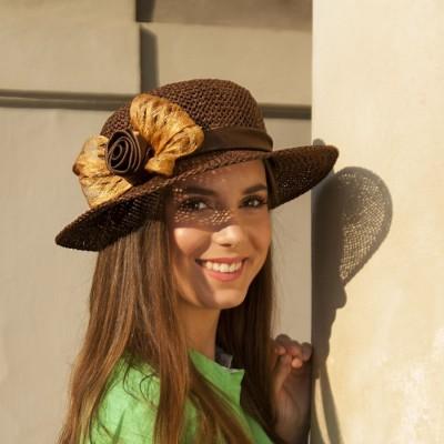 Dámský papírový klobouk zdobený saténem a sinamay