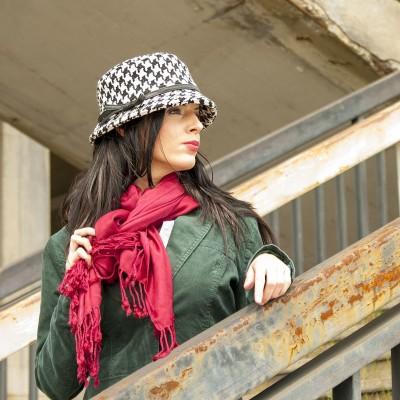 vlněný klobouk zdobený páskem