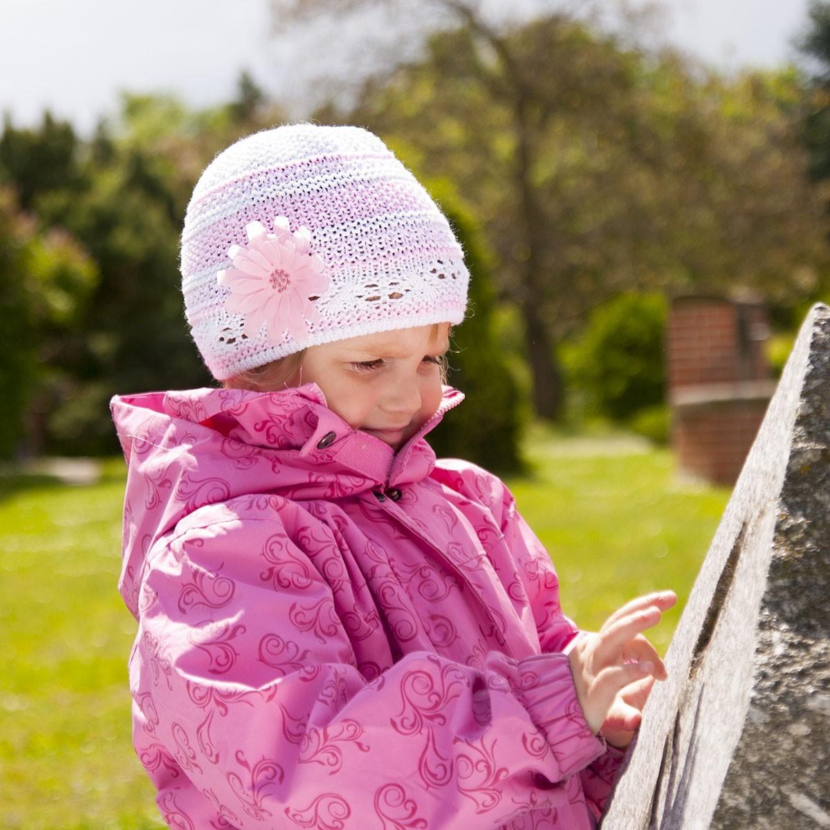 Dívčí čepice pruhovaná s kytkou