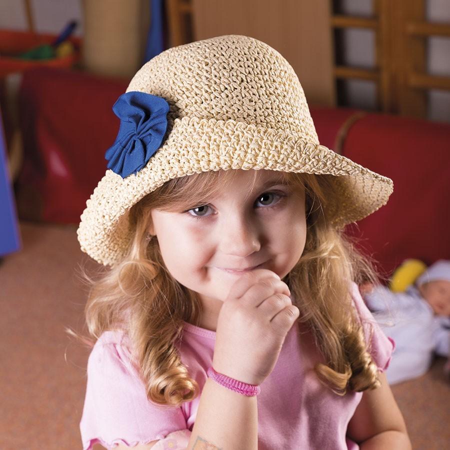 Dívčí papírový klobouk s kytkou