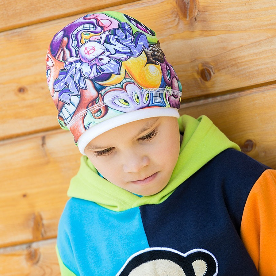 Bavlněná čepice s paspulkou vzor grafitti.