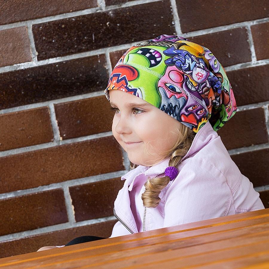 Bavlněná čepice prodloužená vzor grafitti.
