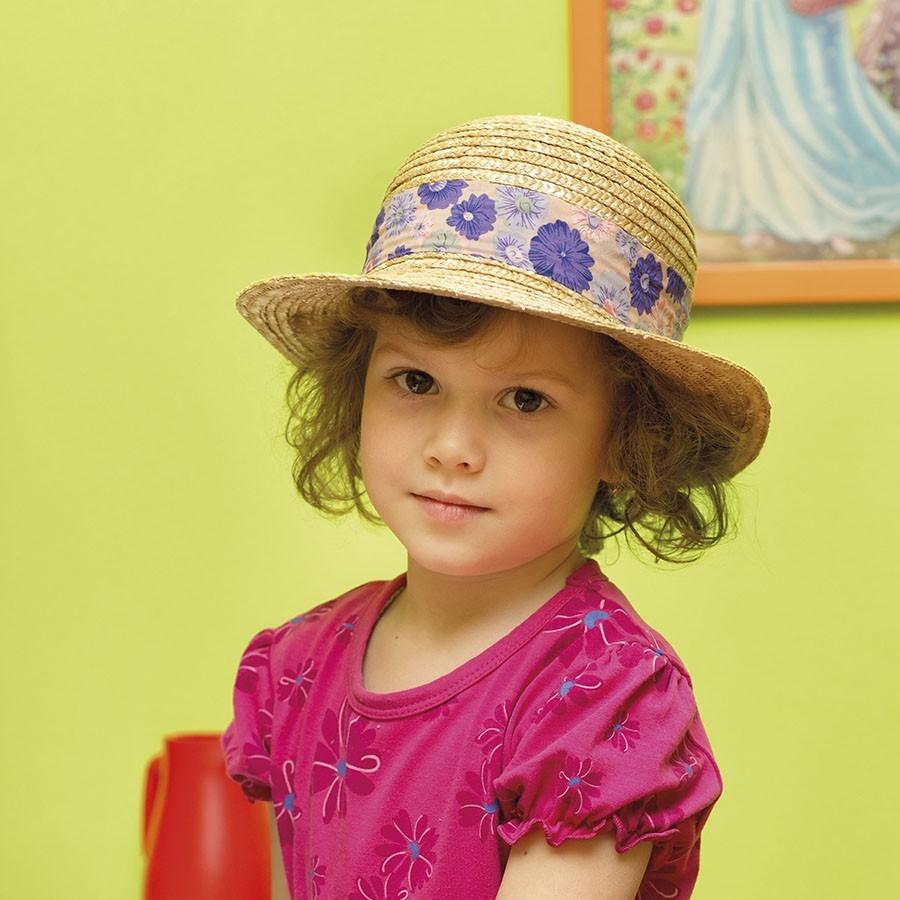 Dívčí slaměný klobouk zdobený barevnou mašlí
