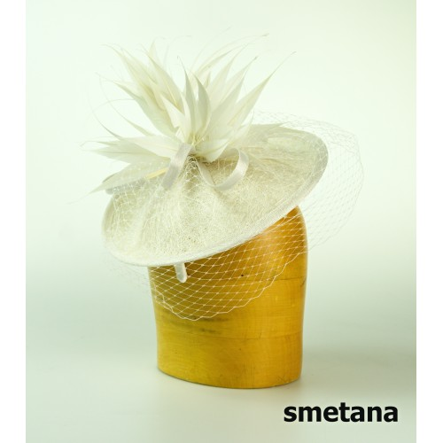 Dámská modelová čelenka ze sinamay a závojem