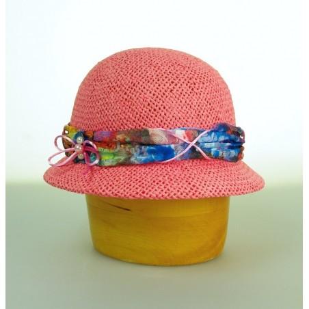 Dámský papírový klobouk zdobený krajkou