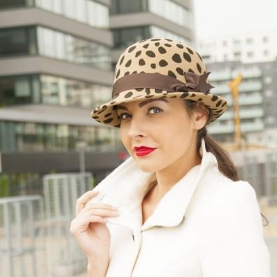 Vlněný dámský klobouk zdobený rypsovou stuhou