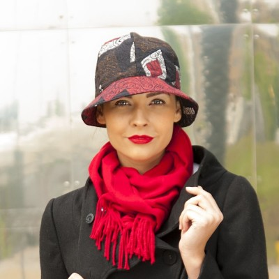 Dámský klobouk s dílkovou hlavou pestrobarevný