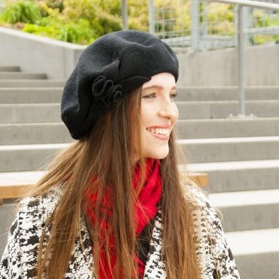 Dámský vlněný baret s aplikací